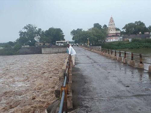 करमाळा तालुक्यातील संगोबा मंदिराजवळ सीना नदीच्या पात्राने असा वेग घेतला होता