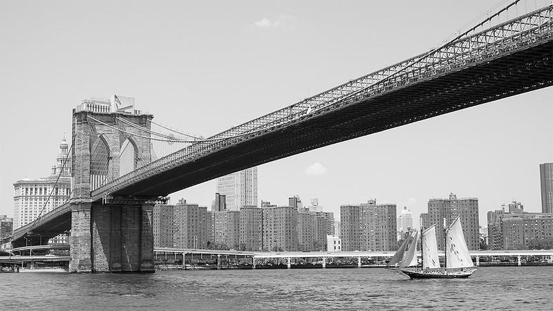 Navegando bajo el puente de Brooklyn