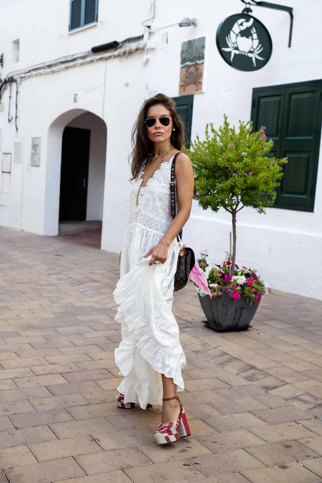 05_vestido_blanco_ibizenco_miss_june_long_dress_outfit_rayban_louis_vuitton_bag_outfit_streetstyle_influencer_barcelona_theguestgirl_the_guest_girl_barcelona_influencer