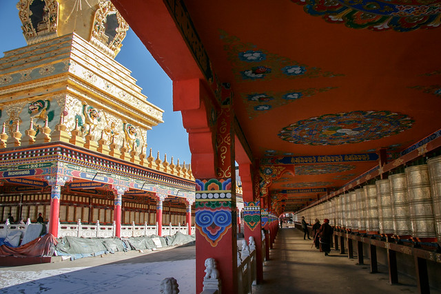 Golden stupa and prayer wheels, Yarchen Gar アチェンガルゴンパ 金ピカ仏塔とマニ車の列