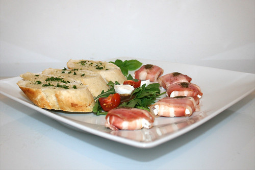 06 - Goat cheese in bacon with garlic baguette - Side view / Ziegenkäse im Baconmantel mit Knoblauchbaguette - Seitenansicht