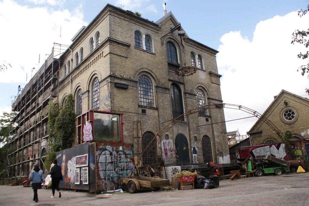 Ancien bâtiment de la base militaire de Christiania aujourd'hui affecté à la communauté d'habitant.
