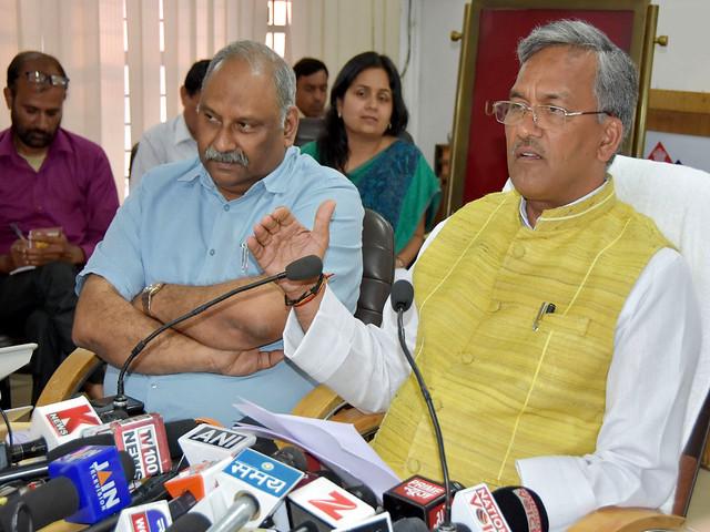 प्रेस वार्ता करते हुए मुख्यमंत्री त्रिवेंद्र सिंह रावत