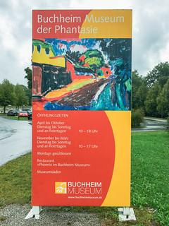 Infotafel an der Zufahrt zum Museum Buchheim