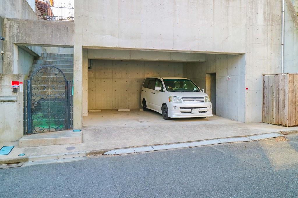 材木座の中古戸建:地下車庫2台分