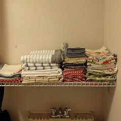 3of3 #organized #laundry #shelfie ... replaced the 2 shorter non-matching #shelves w/ 1 really long #shelf ... need to add a #cabinet above ... #laundryroom #winecountryrental #linens ... #placemats #tablecloths #clothnapkins #canning #teatowels/#dishtowe