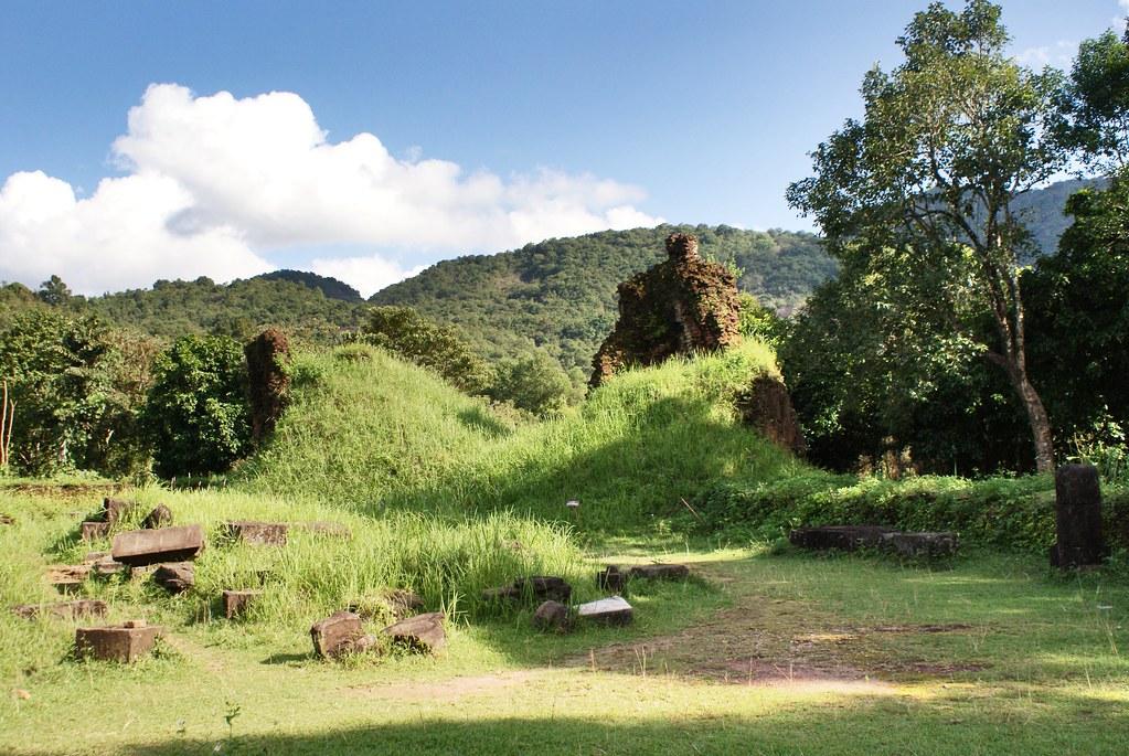My Son : Ruines des temples chams dans la végétation.
