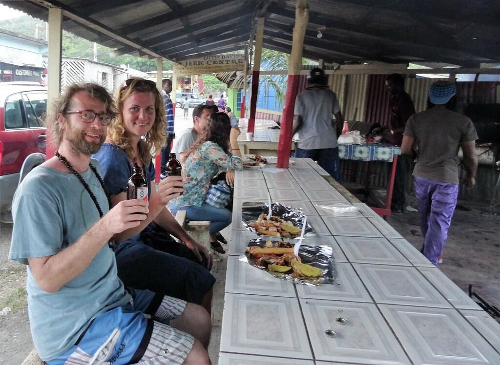 Jamaika vinkit | Pariskunta jamaikalaisella aterialla.