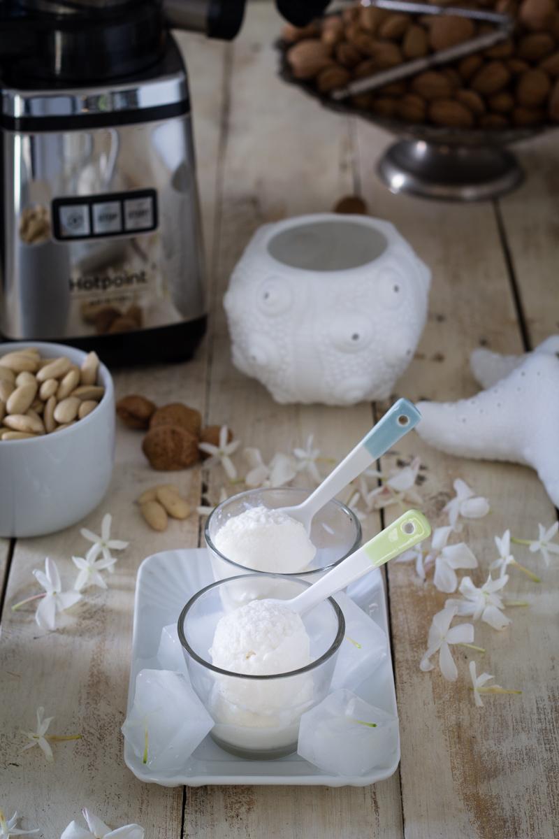 Gelato al latte di mandorle homemade senza gelatiera - Cardamomo & co