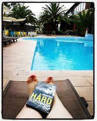 Så här ser mina närmaste timmar ut, dvs det blir läsning vid poolen. Knappt 70 sidor in i boken vill jag bara läsa vidare - bra jobbat, @kristinahaard! :) Det känns rätt skönt att själv befinna sig långt från svenska troll och diverse otäckt småskräp! #Kl