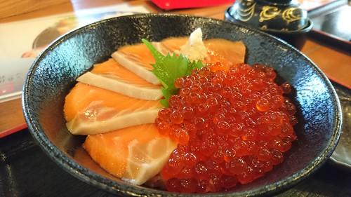 サケとイクラの親子丼。この美味さは筆舌に尽くしがたい。