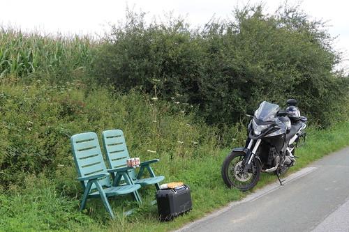 Frühstück auf Gartenstühlen am Feldrand oberhalb von Oberholsten (bei morgendlicher Motorradrunde)