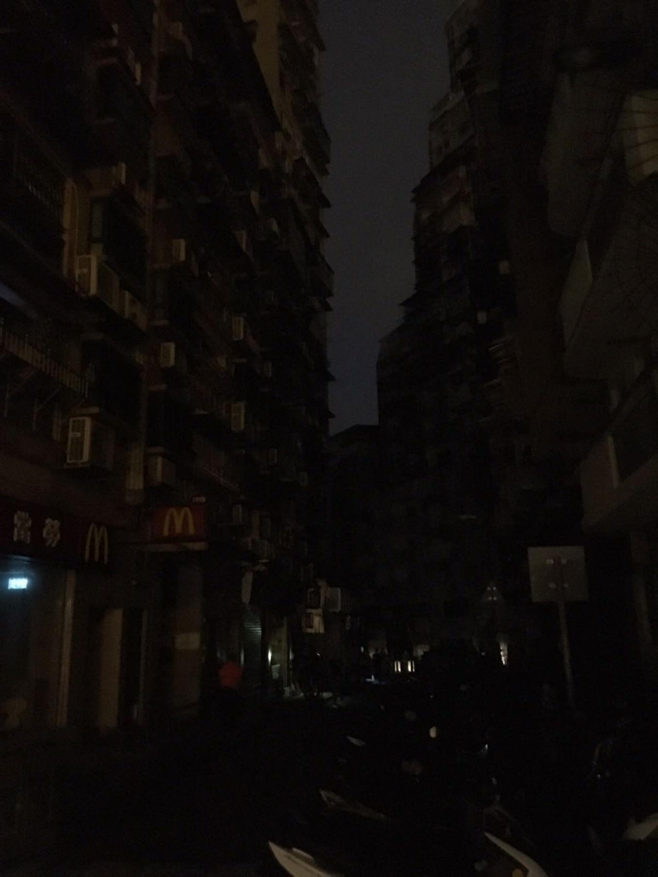 澳門受天鴿風球摧殘,全市多處停電,漆黑一片。(讀者陳先生提供)