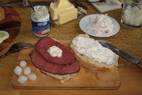 Gepöckeltes Rindfleisch und Knoblauchfrischkäse auf selbstgebackenem Weißbrot