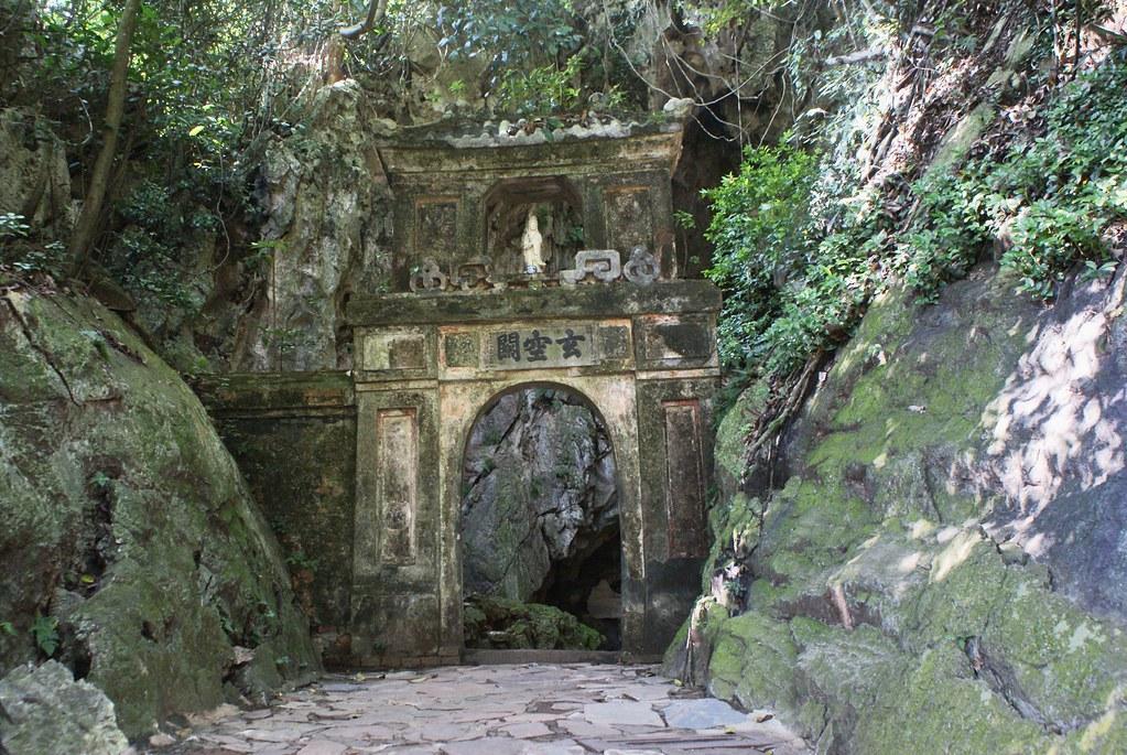 A l'entrée d'une grotte sur la colline de l'eau (Montagne de marbre).