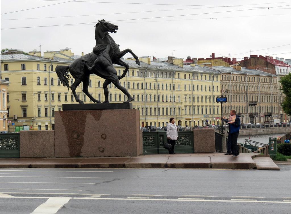 Скульптура «Юноша, берущий коня под уздцы»