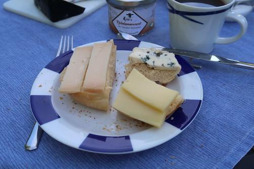 Ziegenkäse (Old White Old Amsterdam), Blauschimmelkäse und Schafskäse (Etorki) auf weißem Brötchen