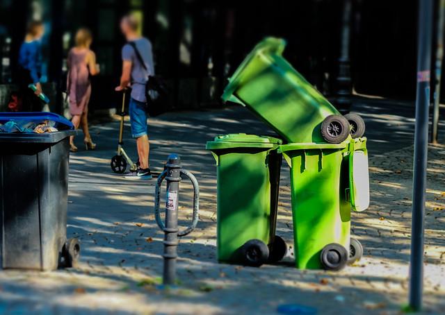 mounement to green garbage