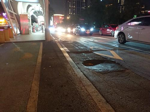 原BRT專用道的大坑洞