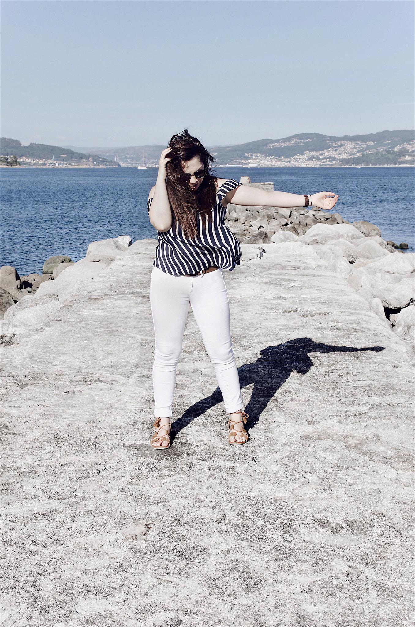 Look con blusa de rayas verticales