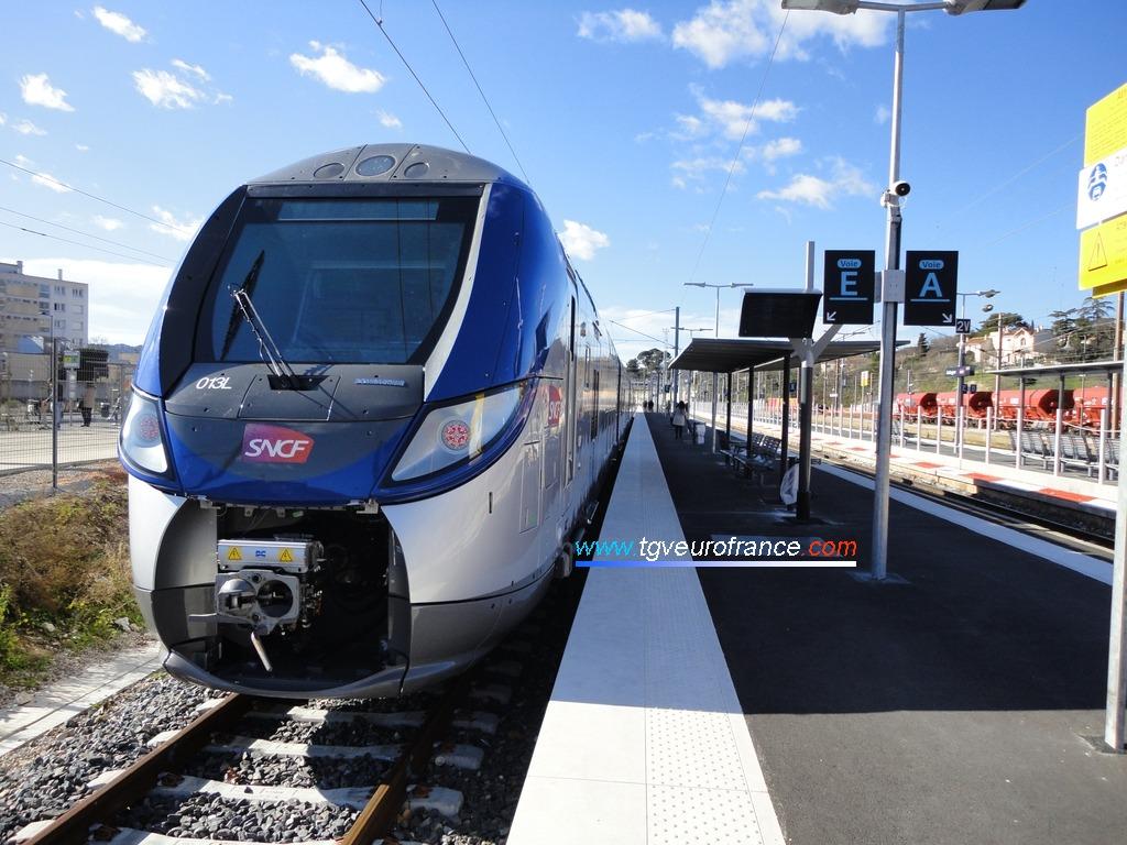 Une rame Regio 2N (TER SNCF PACA) de Bombardier Transport à quai voie E en gare d'Aubagne-en-Provence le 30 janvier 2015
