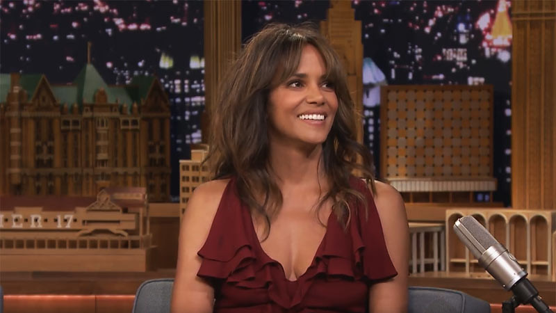 Halle Berry di acara The Tonight Show Starring Jimmy Fallon, Agustus 2017.