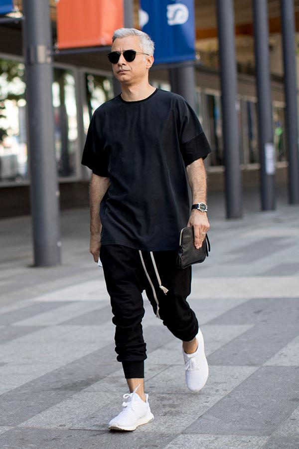 黒Tシャツ×黒スウェットパンツ×白スニーカー