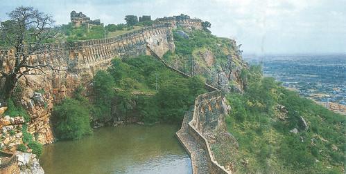 चित्तौड़गढ़ का किला 152 मीटर ऊँचे अंडाकार पर्वत पर बना है। इसी महत्व के कारण इस पर बार-बार हमले हुए। चित्र में गौमुख झरने से बना जलाशय दिखता है