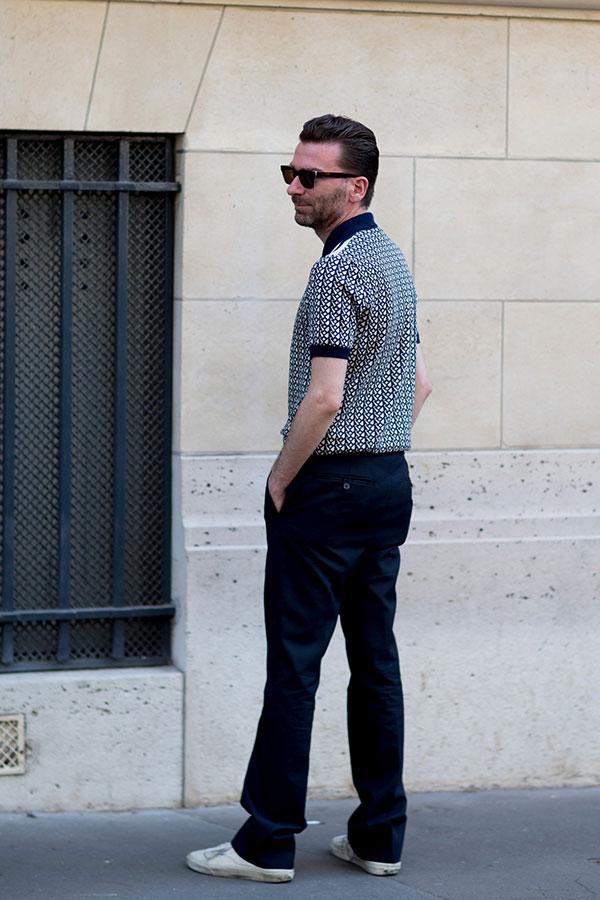 紺系柄ポロシャツ×紺パンツ×白スニーカー