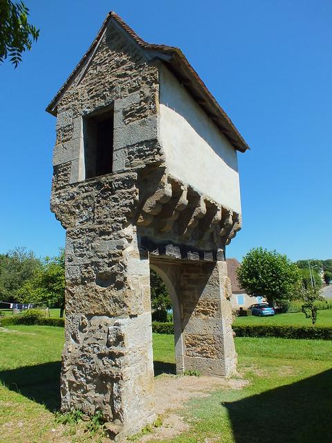 Lavergne - Le pigeonnier porche du Tissandié