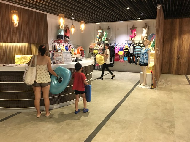 B1 也有賣泳衣泳具,沒帶還是能玩得到游泳池的@屏東恆春墾丁怡灣渡假酒店