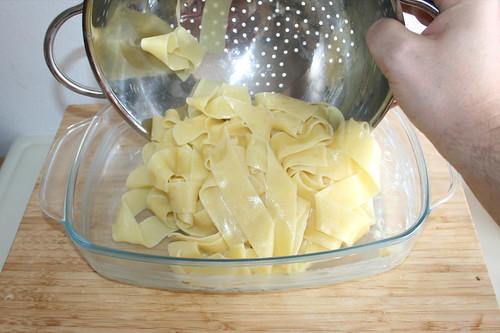 26 - Nudeln in Auflaufform geben / Put noodles in casserole