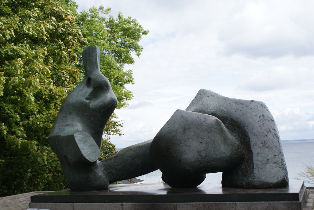 "Sculpture de Henry Moore ""Reclining Figure No. 5"" au Musée d'art contemporain Louisiana près de Copenhague."