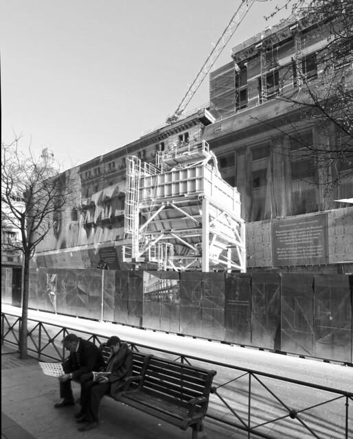 Couple reading on the bench; Calle de Alcalá near Sol, Madrid (2017)