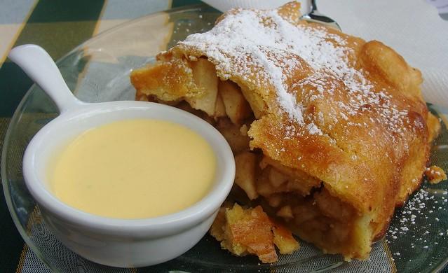 Strudel di mele e salsa di vaniglia  -  Apple strudel and vanilla sauce