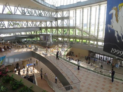 小倉競馬場の4階からプラザ99を見下ろす