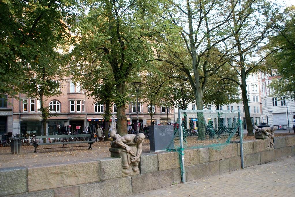 Blågårds Plads accueille un petit terrain de foot, quelques cafés et un marché aux puces le week-end.
