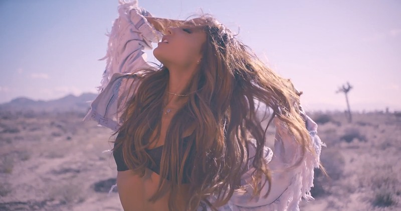ariana-grande-into-you-music-video-clipe-single-album-clip-dangerous-woman-let-me-love-you-be-alright-don-american-next-top-model-mariah-carey-desert-deserto-moto-motel-estrada-hannah-lux-davis