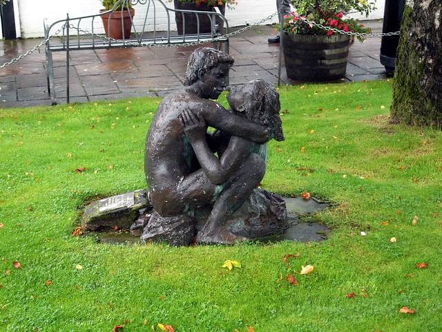 lovers statue Gretna Green Scotland 2017 032