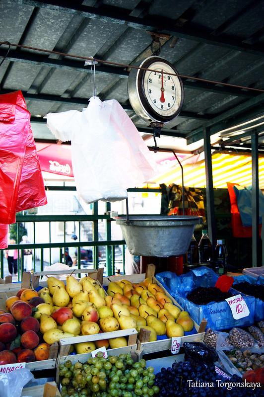 Прилавок с фруктами на рынке в Херцег Нови