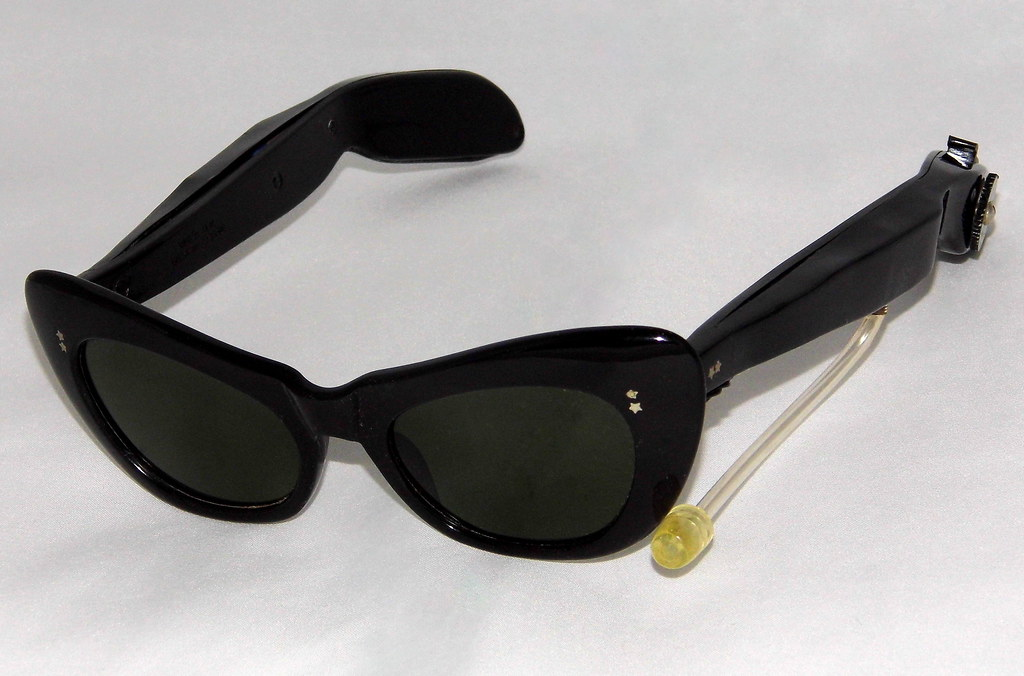 f2b41655c4f ... Vintage Cat-Eye Sunglasses Novelty Transistor Radio