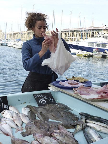 jolie vendeuse de poisson sur le Vieux Port