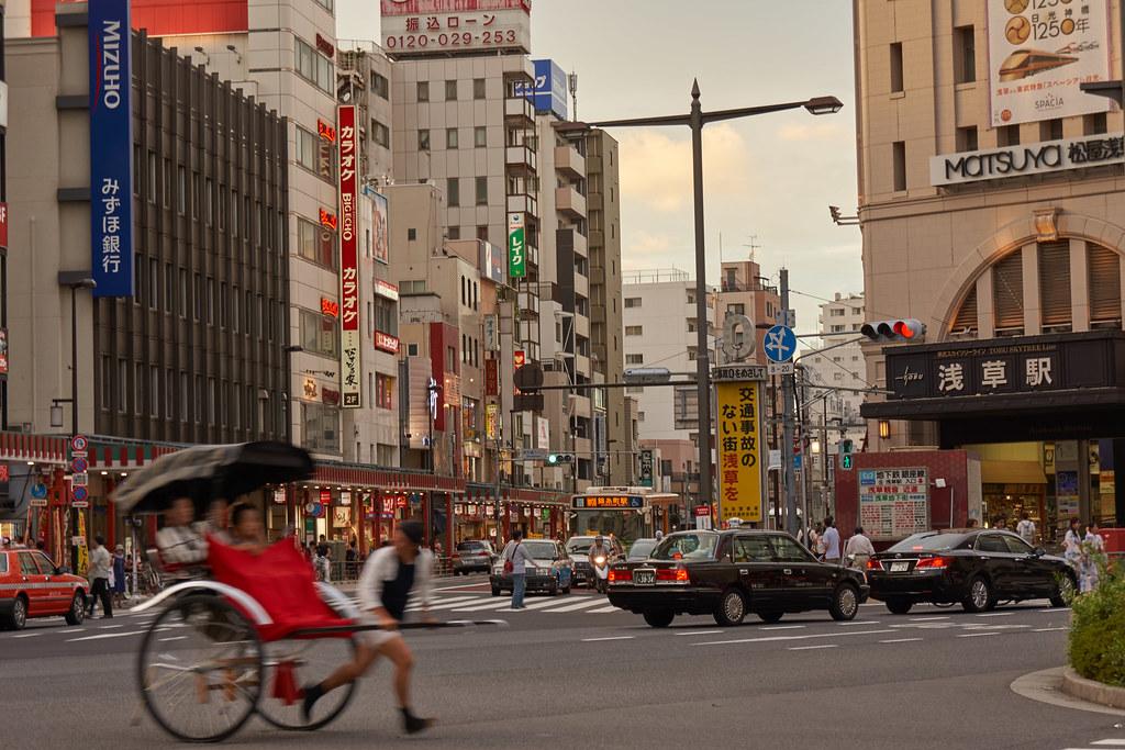 人力車と浅草駅