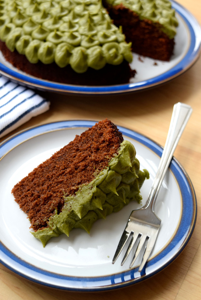 Chocolate Cake with Lazy Piped Matcha Frosting | www.rachelphipps.com @rachelphipps