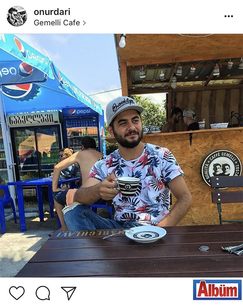 Mimar Onur Darı, Gürcistan'daki tatilinde keşfettiği sokak kahvecisi Gemelli Cafe'de çektirdiği bu fotoğrafı #tb etiketi ile paylaştı.