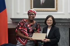 09.19 總統從布吉納法索新任駐華特命全權大使尚娜手中接下贈禮