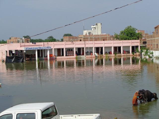 राजनारायण इंटर कॉलेज में भरा बाढ़ का पानी