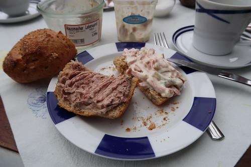 Hausmacher Leberwurst und Fleischsalat auf Kartoffelbrötchen