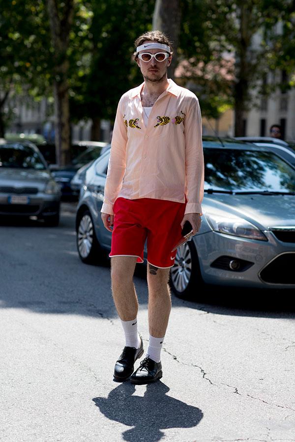 Nike白ヘアバンド×ライトピンクシャツ×Nike赤ハーフパンツ×黒ダービーシューズ