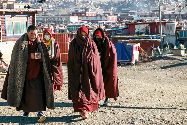 Walking nuns in Yarchen Gar アチェンガルゴンパの尼僧たち